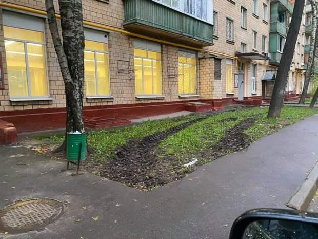 На Полярной восстановят испорченный газон