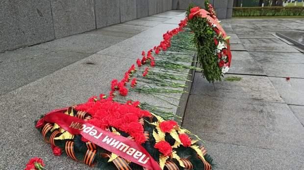 Петербуржцы возложили цветы на Пискаревском кладбище в память павших в ВОВ