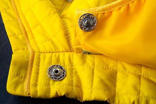Пришейте кнопки на куртке и на капюшоне