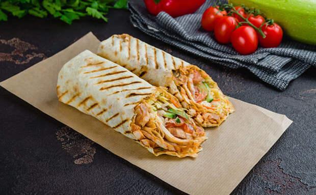 Шаурма из Турции: берем тонкий лаваш и заполняем курицей с салатом