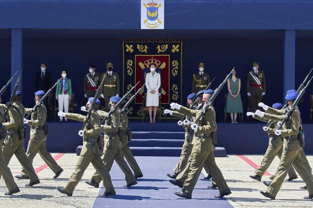 Королева Летиция посетила церемонию передачи флага в платье, которое надевала 15 лет назад