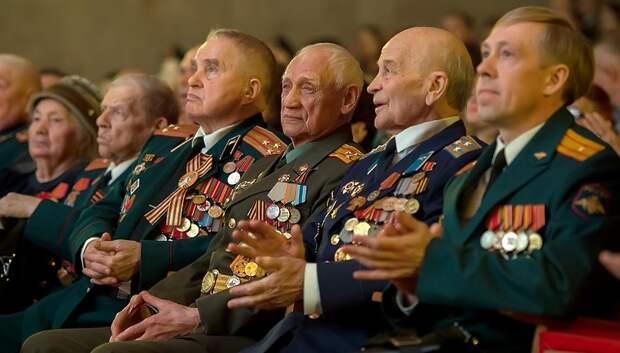Пестов вручил награды и благодарности жителям округа ко Дню защитника Отечества