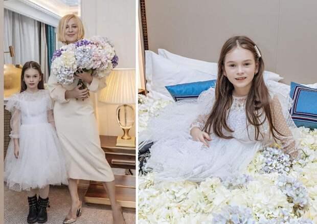 Утопая в гортензиях! Ирина Гринева сразила поклонников нежным фото на цветочном покрывале