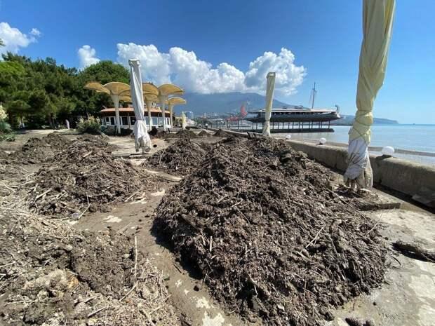 В Ялте расчищают от последствий стихии еще 18 пляжей