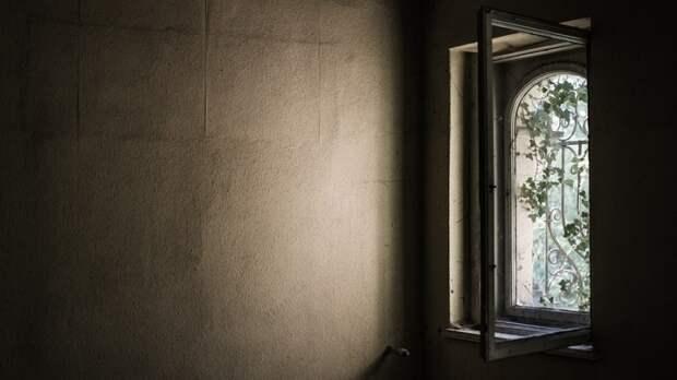 Выпавший с восьмого этажа украинец сломал прохожей шею и умер