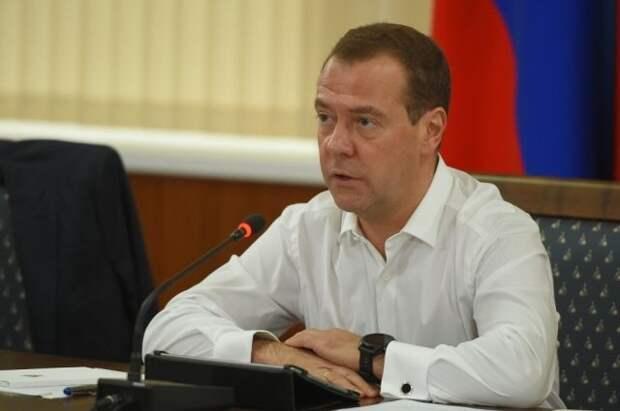 Медведев: переход к четырёхдневной рабочей неделе должен быть постепенным