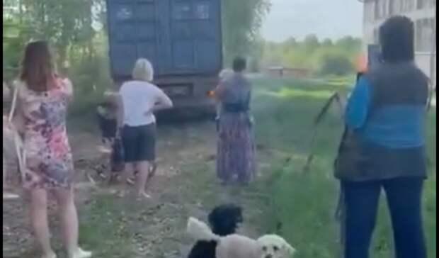 Мамы сколясками преградили путь грузовику настройке зоны отдыха вЕкатеринбурге