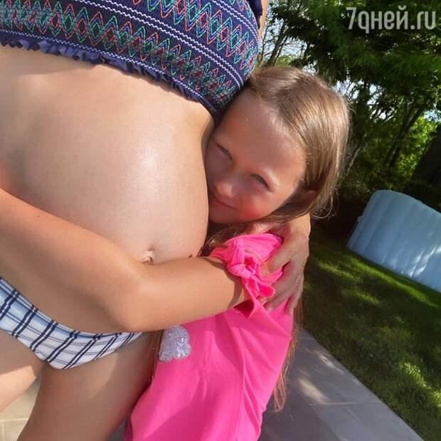 Беременная супруга Алека Болдуина похвасталась подросшим животом в бикини