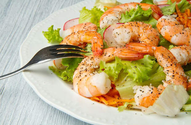 Готовим салаты из теплых продуктов: варим картофель и запекаем овощи