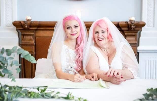 Популярная блогерша сыграла свадьбу с женщиной вдвое старше себя: ей 24, а невесте — 61