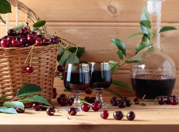 Спиртовые настойки на вишне с косточкой также могут быть опасны.