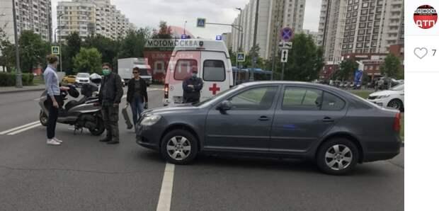 На Братиславской мотоциклист не смог разъехаться с автомобилистом