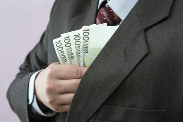 Почти 80% россиян считают слишком высокой зарплату чиновников