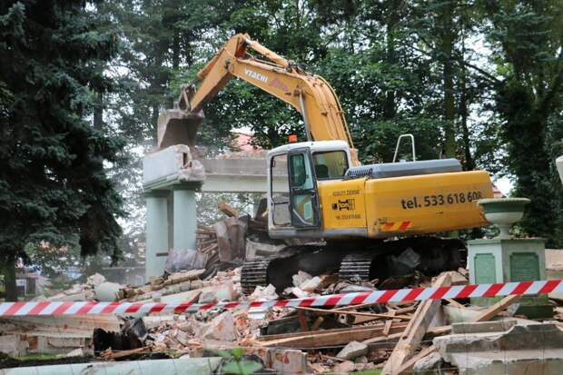 В Тшчанке разрушают мавзолей советских солдат.