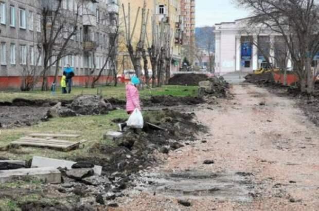 В Красноярске в сквере Маяковского жителям приходится ходить по бездорожью