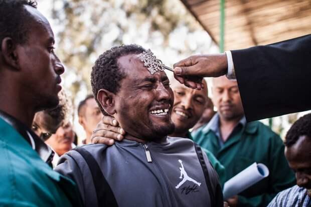 Пражский фотограф снял обряд экзорцизма вЭфиопии