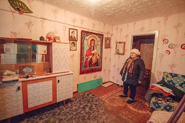Лидия Шоличева из поселка Советский взяла себе в пользование весь пятый этаж в своем подъезде. Жизнь в такой квартире тяжело — в комнатах резко пахнет сыростью
