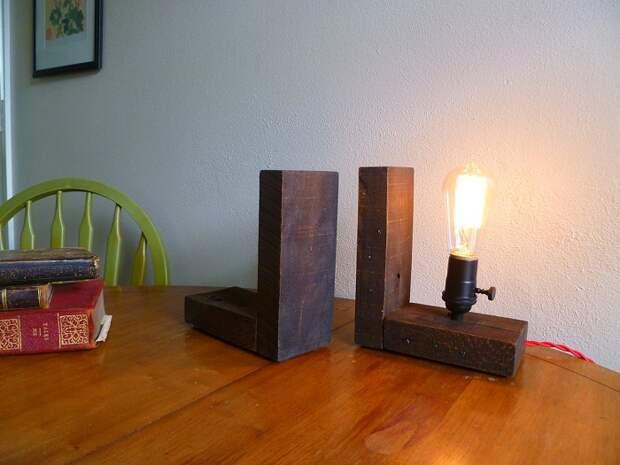 Вариант оформить интерьер настольными деревянными лампами, что вдохновят.