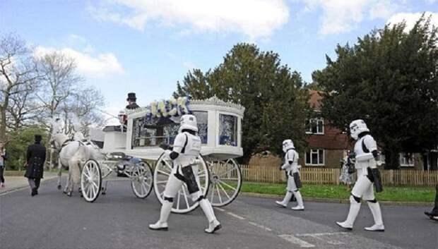 Родители, следуя последнему желанию 4-летнего сына, организовали необычные похороны. До слез!
