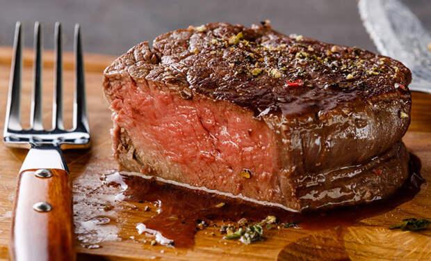 Даем мясу отдохнуть после жарки: так оно становится мягче и сочнее