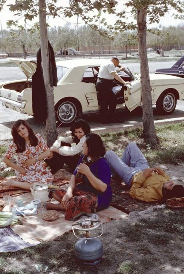 """Пикник иранской семьи в """"безбожные"""" времена, 1970–е годы, Тегеран"""