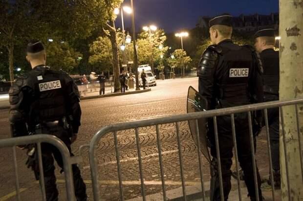 Во Франции вооруженная женщина напала на полицейского