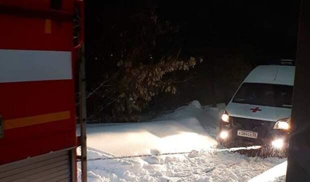 """В Бугуруслане спасатели вытянули из снега застрявшую машину """"скорой"""" помощи"""