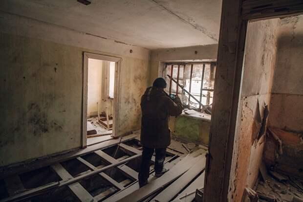 Попасть в заброшенные квартиры просто — двери открыты почти нараспашку. В комнатах еще можно найти крупногабаритную мебель —столы, основания кроватей