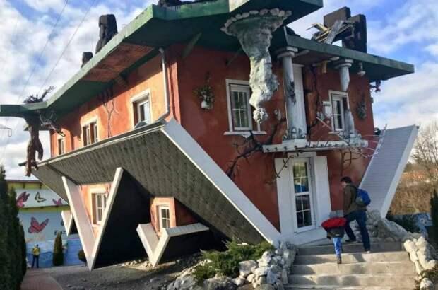 Красный перевернутый дом