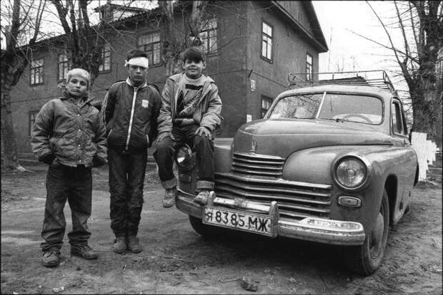 Беспризорные дети и беспризорная Победа. Подмосковье, 1996 год.