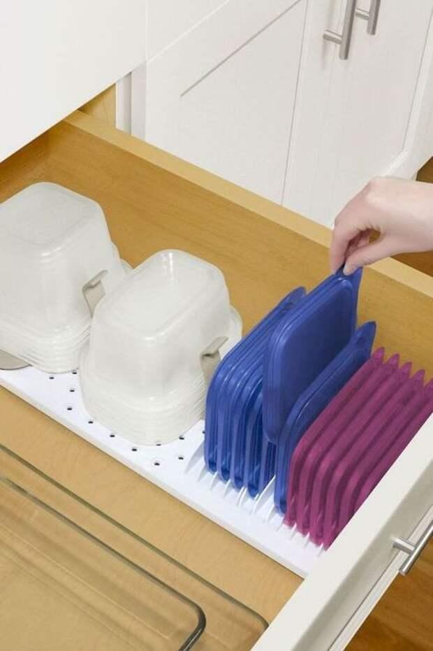 Все контейнеры и крышки очень удобно хранить в таком стильном органайзере. /Фото: i.pinimg.com