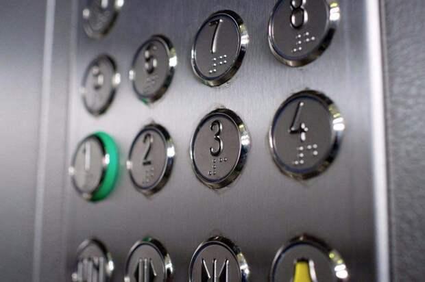 В лифте дома на Лобненской сладкоежка разбрасывает фантики