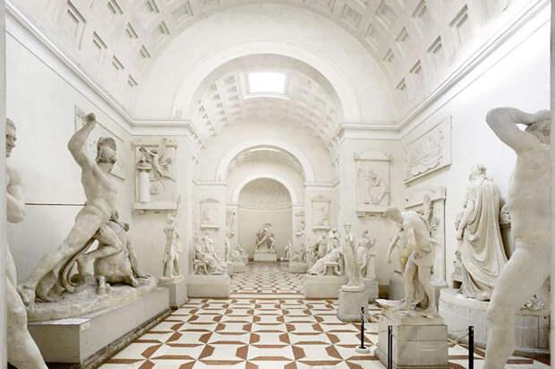 Турист прилег ради селфи витальянском музее исломал пальцы 200-летней скульптуры