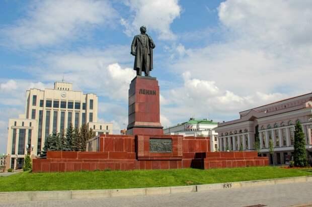 Во многих городах памятники Ленину были демонтированы, но в некоторых оставили нетронутыми / Фото: lookmytrips.com