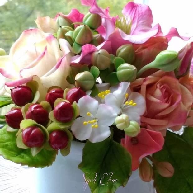 Композиция в сахарнице с цветами из полимерной глины.