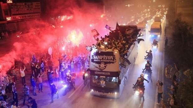 Болельщики «Демирспора» устроили потрясающее шоу после выхода команды втурецкую суперлигу впервые за26 лет