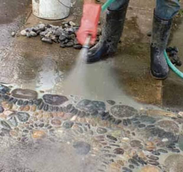 очищаем водой готовый сегмент дорожки