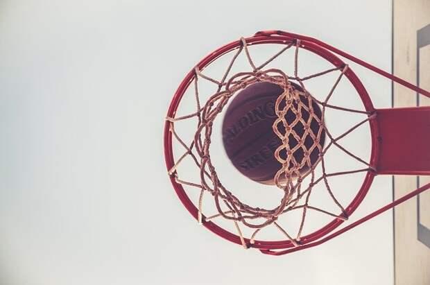 На спортплощадке в 169-х домах на Дмитровке заменили баскетбольную сетку