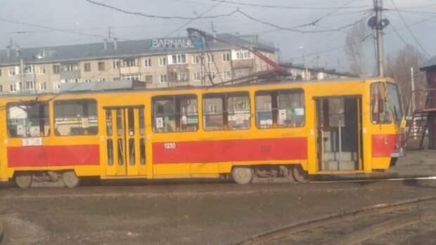 Трамвай запутался в проводах в Барнауле