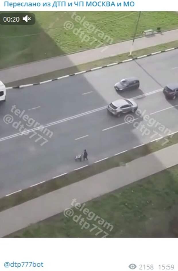 На Коровинском шоссе женщина с ребенком чуть не спровоцировала ДТП