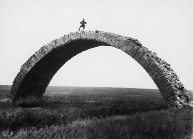 Немецкий археолог Макс фон Оппенгейм стоит на вершине остатков римского моста недалеко от Мосула. Ирак, 1937 год.