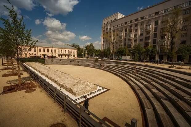 Нынешний вид Хохловской площади с фрагментом стены Белого города