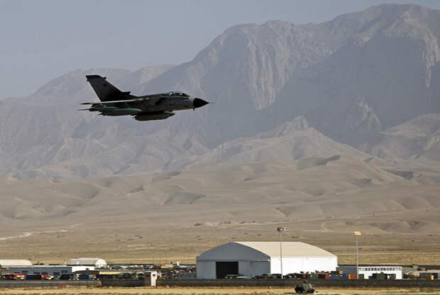 На фото: Tornado Бундесвера пролетает над лагерем Мармал, когда он готовится к приземлению после миссии наблюдения возле Мазари-Шарифа, Афганистан