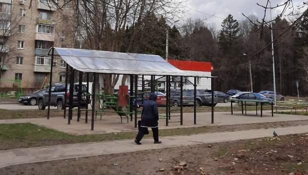 Крышу отремонтировали над спортплощадкой на Сосновой улице в Подольске