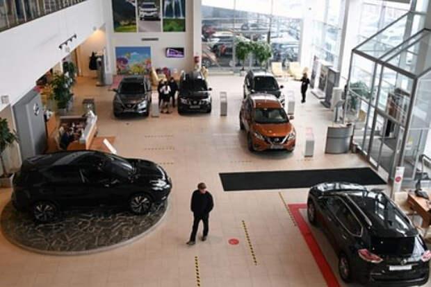 Российским водителям посоветовали отложить на год покупку нового автомобиля