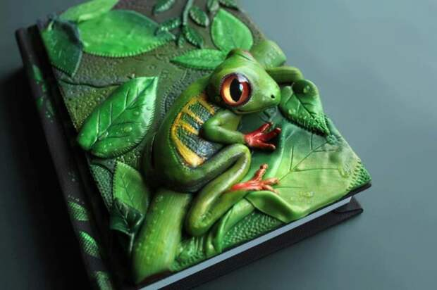Художница Анико Колесникова из Латвии делает обложки для книг и различные аксессуары из полимерной глины.