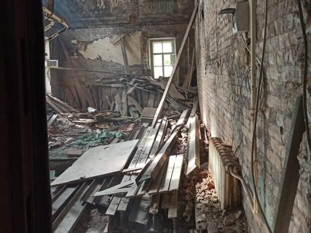 Невыселенные из аварийного дома петербуржцы жалуются на грохот, грязь и пыль от капремонта