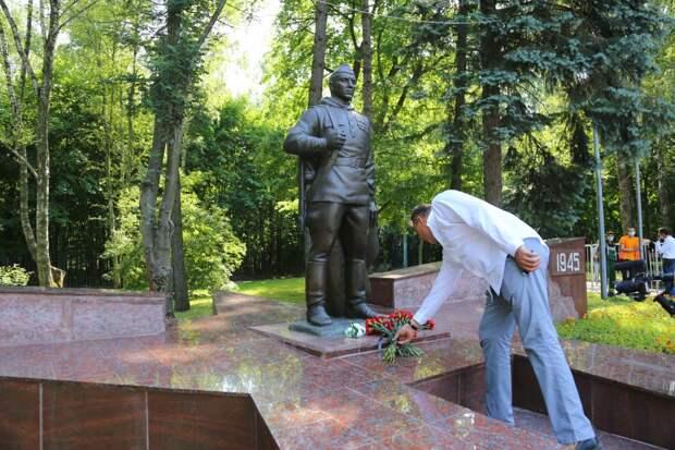 Отреставрированный памятник «Воину-Победителю» открыли в Кузьминках при поддержке Петра Толстого