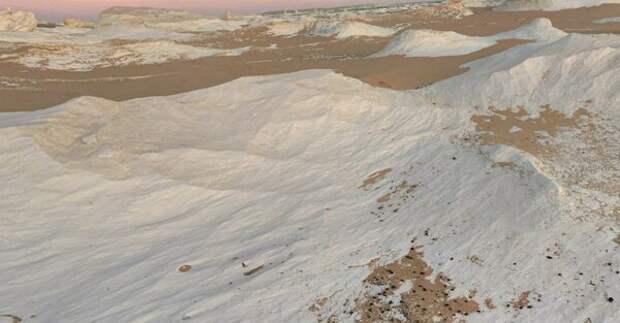 Это не снег на горячем песке и не мираж — это «Белая пустыня» в труднодоступном уголке Сахары