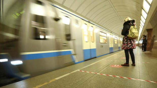 Интервалы движения поездов увеличили на серой ветке метро Москвы
